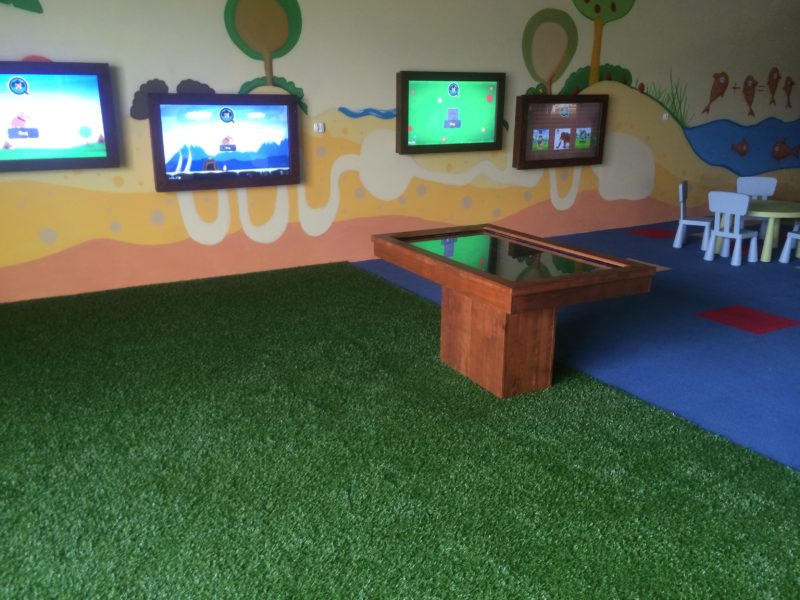 ekran interaktywny stół dotykowy